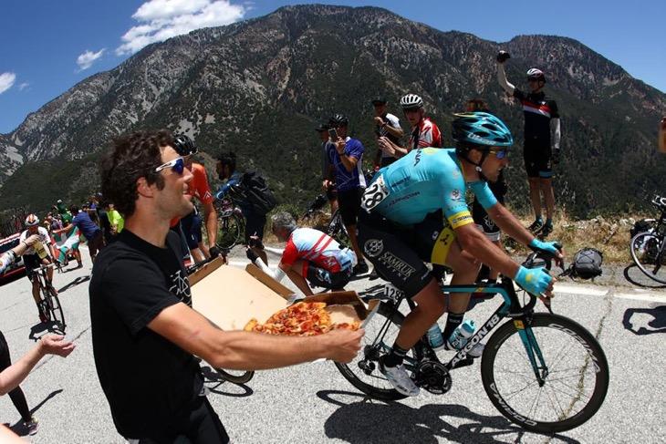 ピザを差し出す観客と、手が伸びないアルチョム・ザハロフ(カザフスタン、アスタナ)