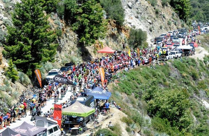 1回目の1級山岳グレンドラを通過していく集団