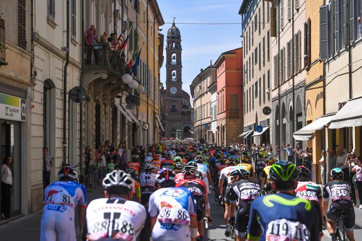 ファエンツァの街を通過するプロトン