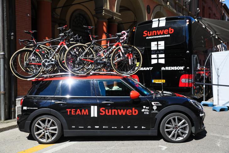 デュムランのスペアバイクが積まれたサンウェブのミニ