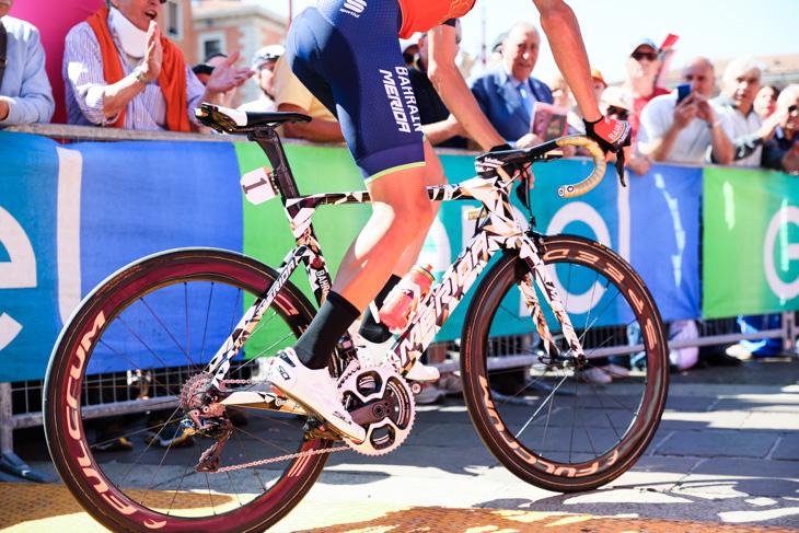 スペシャルペイントのバイクで出走サインにやってきたヴィンチェンツォ・ニーバリ(イタリア、バーレーン・メリダ)