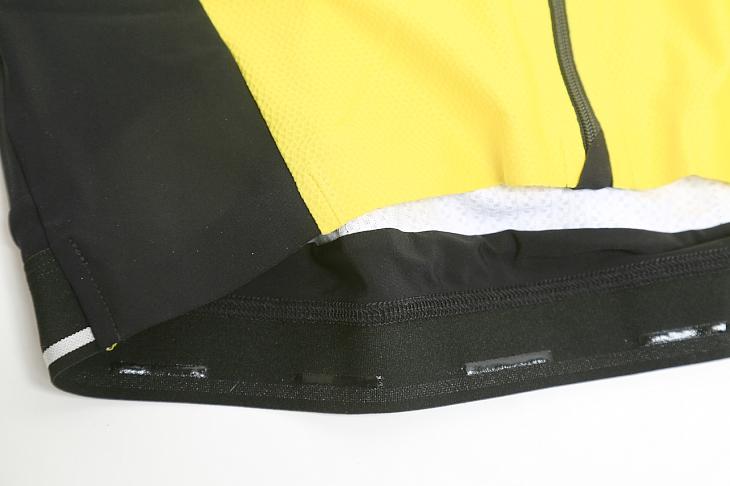 体にフィットするゴム製の裾部には滑り止めも配される