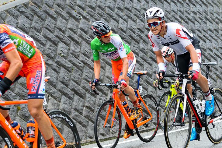 8周目 リーダージャージのマルコ・カノラ(NIPPOヴィーニファンティーニ)はメイン集団後方