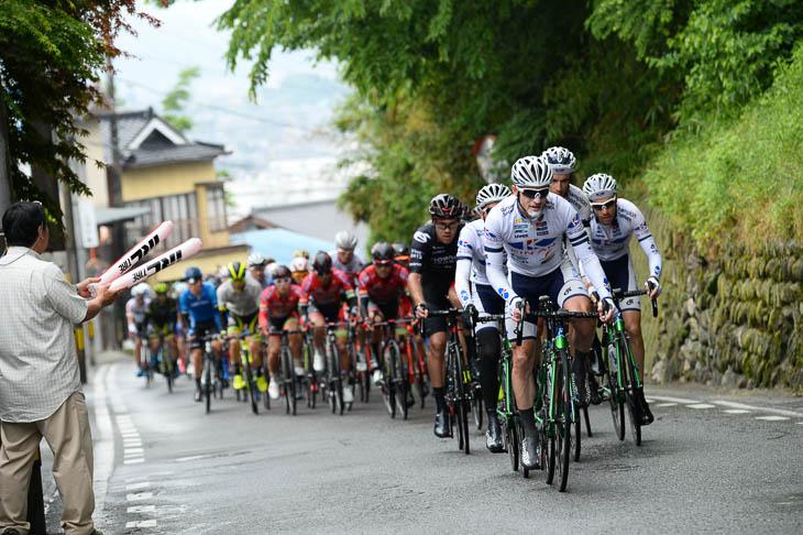 序盤はキナンサイクリングチームが集団を牽引