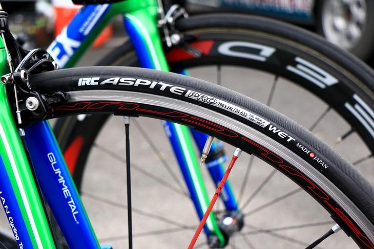 キナンサイクリングチームの足元を支えるIRCのASPITE PRO