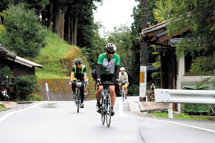 山間の道をチームで走っていこう