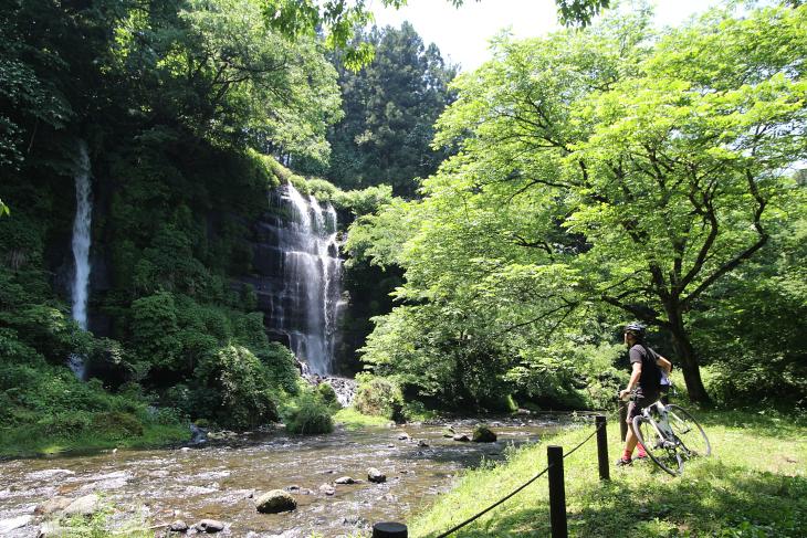 地層から湧き出た水が集まり、滝となって谷底へ落ちる太郎次郎滝