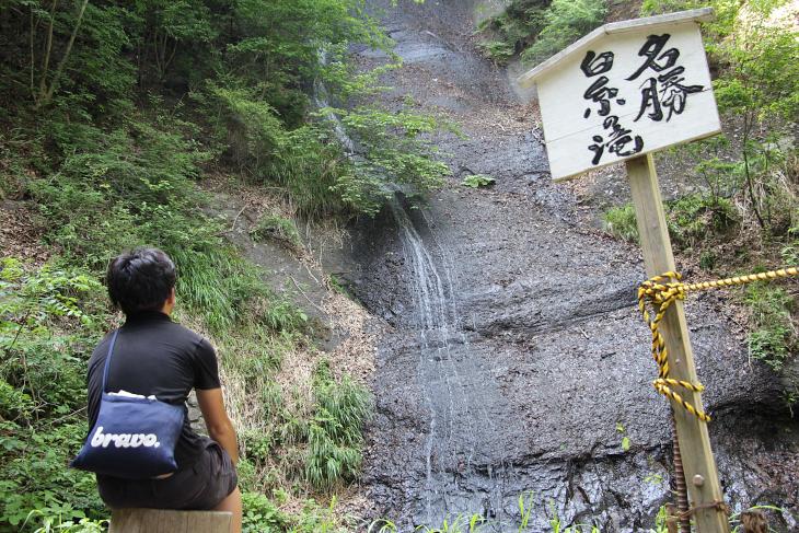 水量が少なく、さみしげな白糸の滝