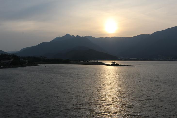 河口湖に沈む太陽。ノスタルジックである