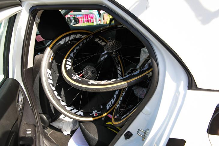 トラブル時に素早く駆けつけられるように車内にホイールが詰め込まれる