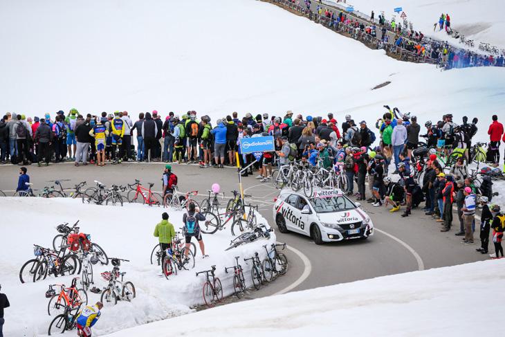 残雪のステルヴィオ峠を駆け上るヴィットリアのサポートカー