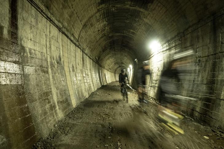 旧国鉄宮原線の廃線跡に残されている隧道を通過。ここはかつてのJシリーズのコースでもある