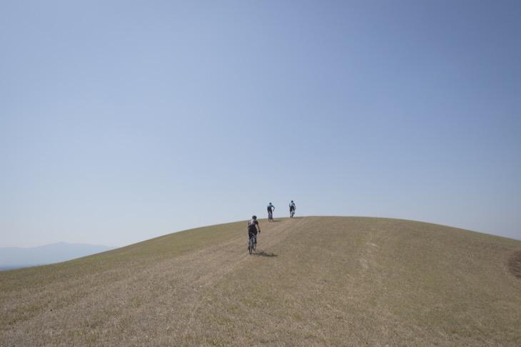 この後頂上でごろ寝。意外と草が固くてすぐに飛び起きることに