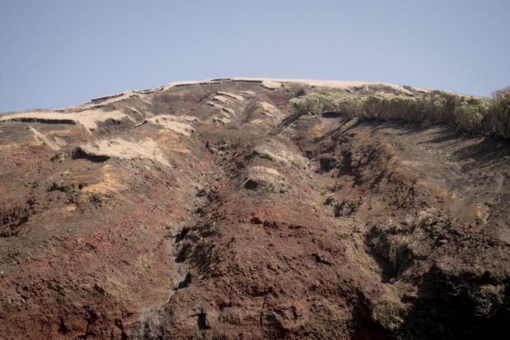 深く刻み込まれた土砂崩れの跡。赤い溶岩石が目についた