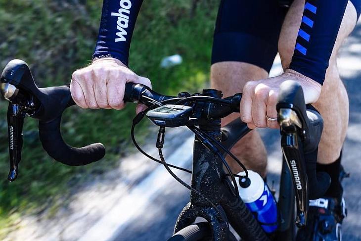 バイクに装着したルックスは一般的なサイコンと同じといったところ