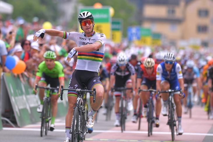 ツール・ド・スイス2017でステージ通算15勝。フラダンススタイルでフィニッシュするペテル・サガン(スロバキア、ボーラ・ハンスグローエ)