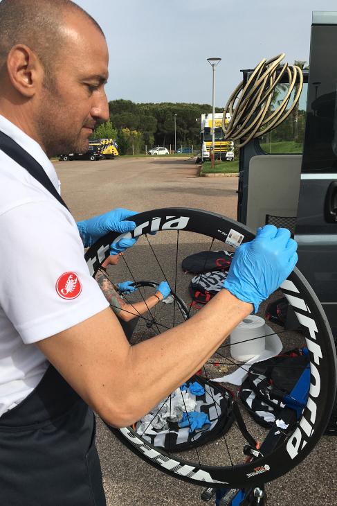 レース前、サポート用のホイールにタイヤを貼り付ける