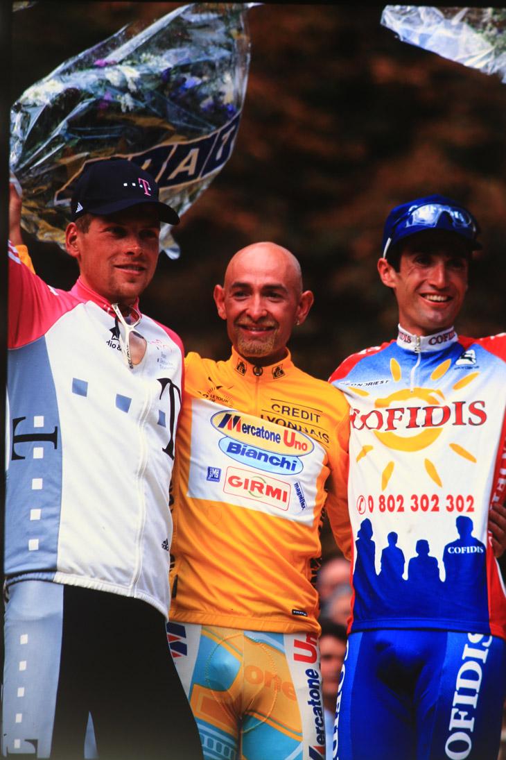 1998年ツール・ド・フランスを制したマルコ・パンターニ。2位ヤン・ウルリッヒ(ドイツ)、3位ボビー・ジュリック(アメリカ)