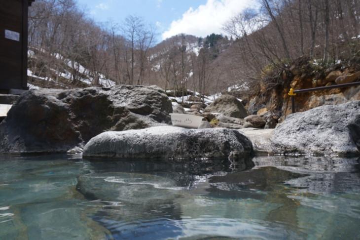 山の景色を眺めながら青空の下でひとり温泉につかる、これ以上の贅沢はありませんね(笑)