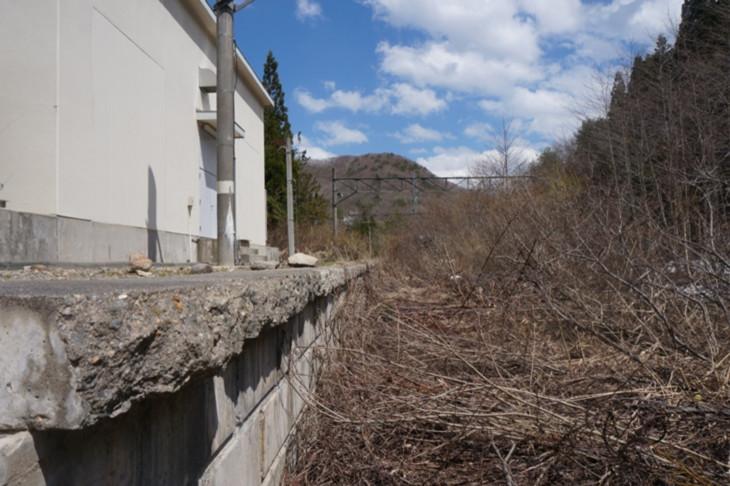 スノーシェッドから離れた引き込み線の奥に、使われなくなった廃ホームは静かに佇んでました…