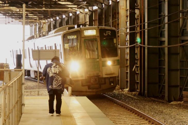 入線してくる列車に恭しく一礼する姿にこちらも頭が下がる思いでした。いつまでも頑張ってください!