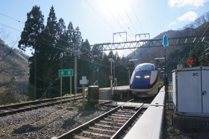 """異様な景色に呆然としていると、山形新幹線""""つばさ""""が猛スピードで駆け抜けてゆきました(汗)"""