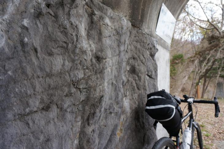 当時ノミを使って岩を削って掘り抜いた、旧道の栗子隧道を記念したモニュメント