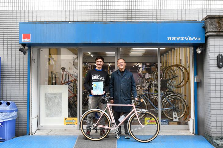 日本のツーリング車のムック本をプレゼントされたエヴァン。大前さんと記念に一枚