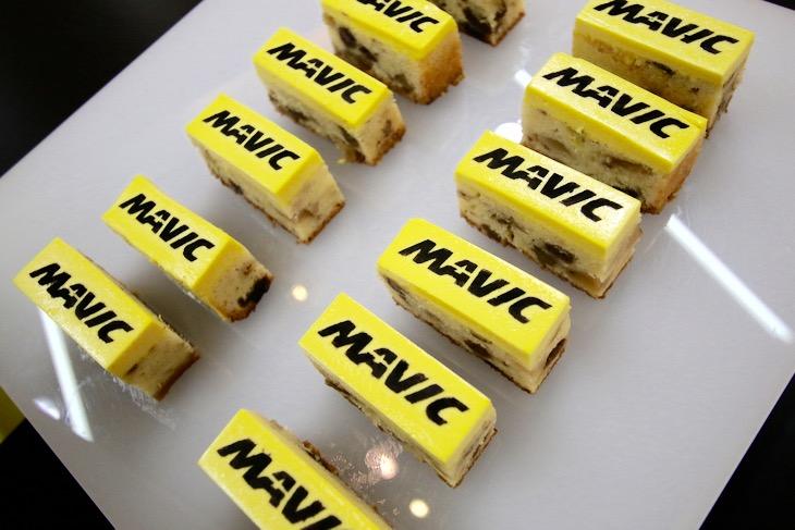 マヴィックロゴのプチケーキも用意された