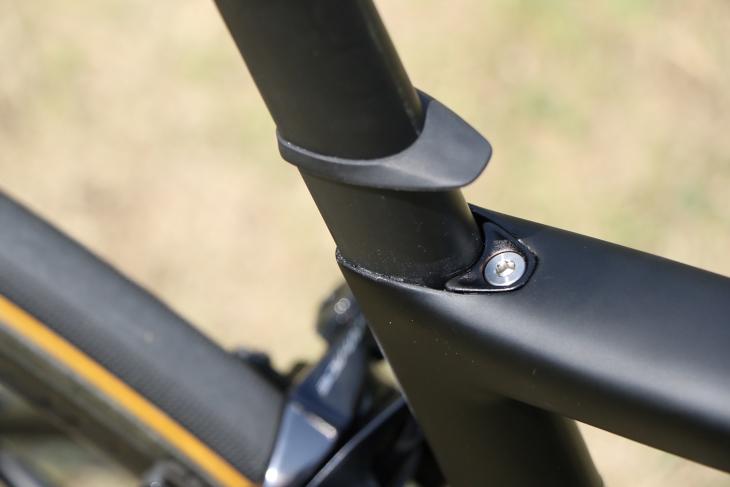 臼式シートクランプを使用することで、シートポストのしなり量を増加させる