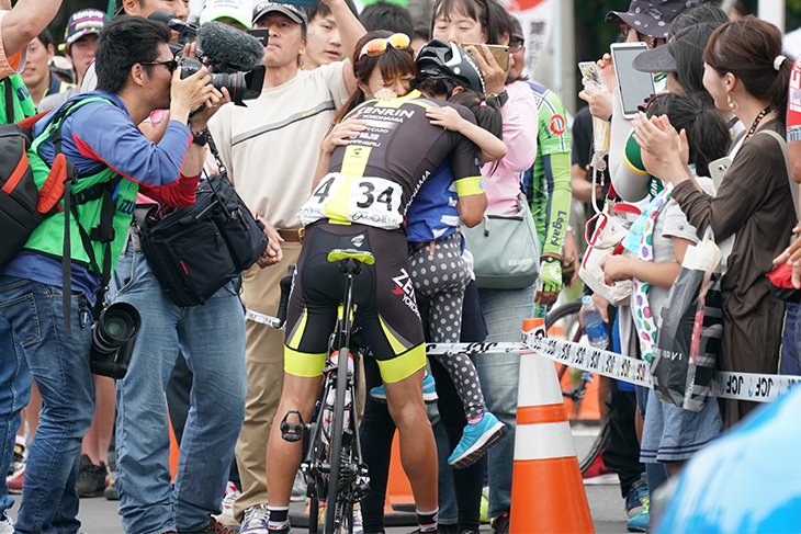 妻・絹代さんとこの日誕生日を迎えた娘と抱き合って喜ぶ畑中勇介(チーム右京)