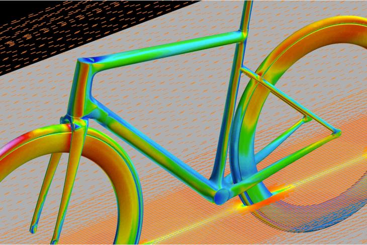 フロントタイヤとダウンチューブとの距離を詰め、コンパクトなリア三角とすることでドラッグの発生を抑えている