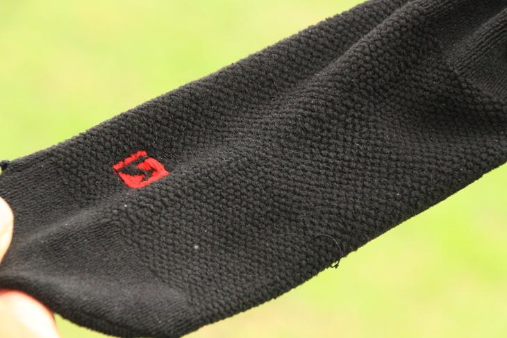 足裏にタオルのような生地を配すことで吸汗性を向上させている