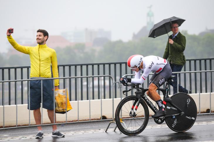 デュッセルドルフの雨降りグランデパール 落車多発の個人TTで幕開け
