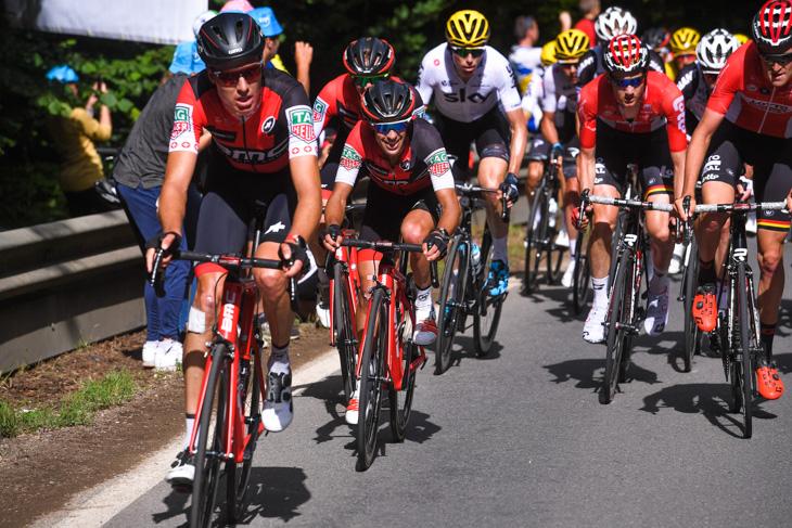 チームメイトに守られて最後の登りに向かうリッチー・ポート(オーストラリア、BMCレーシング)