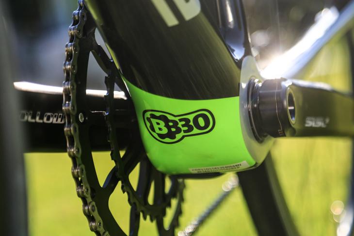 BB30Aと専用Siクランクを採用。より高効率なパワー伝達を目指す