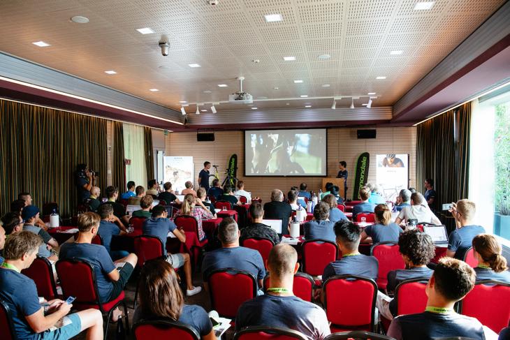 イタリア、コモ湖の王宮ホテルで開催された新型シナプスのローンチ