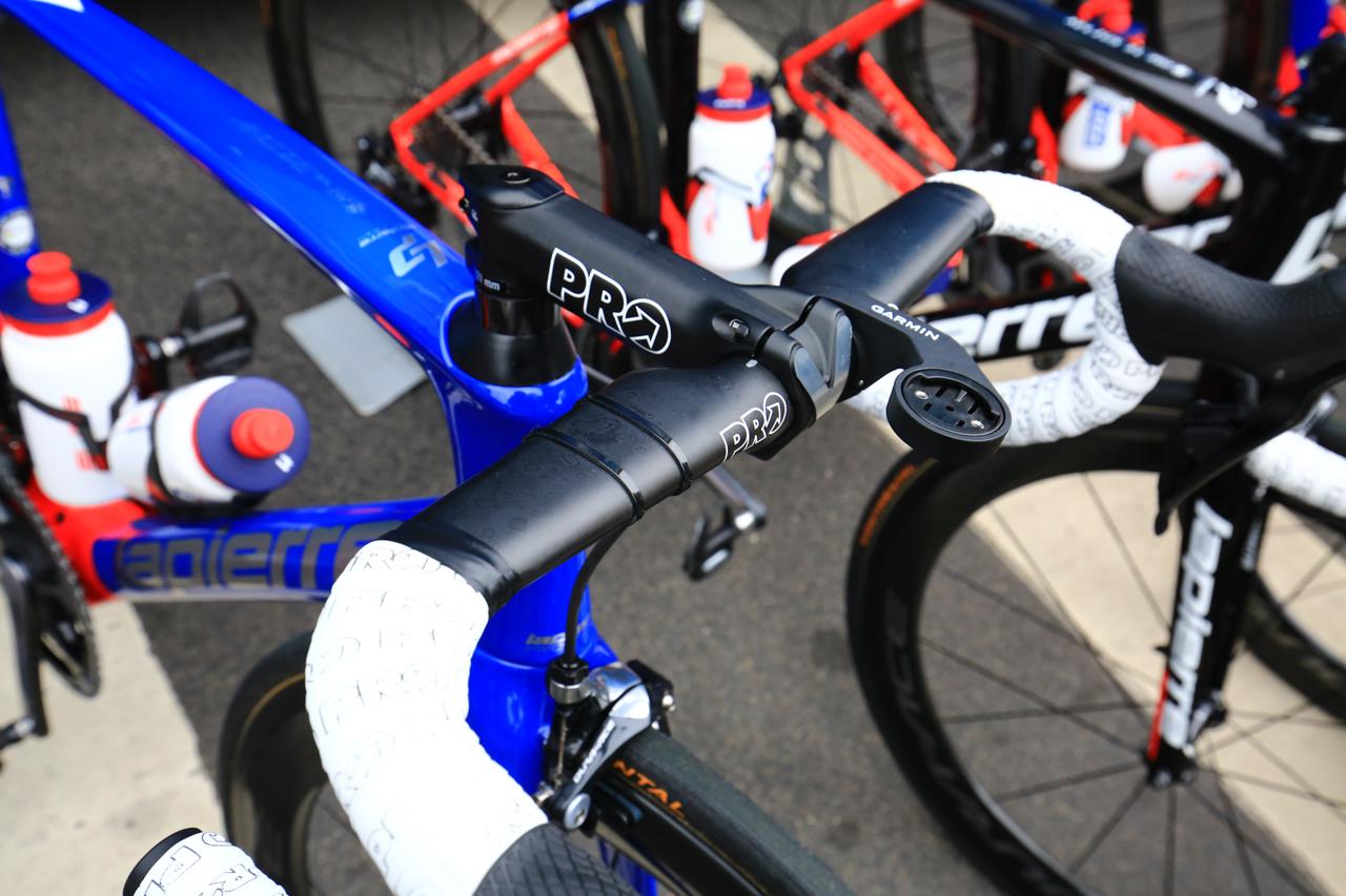 エアロデザインに更新されたPROのVIBEエアロ カーボンハンドルとVIBEステムがアッセンブルされたエフデジのバイク