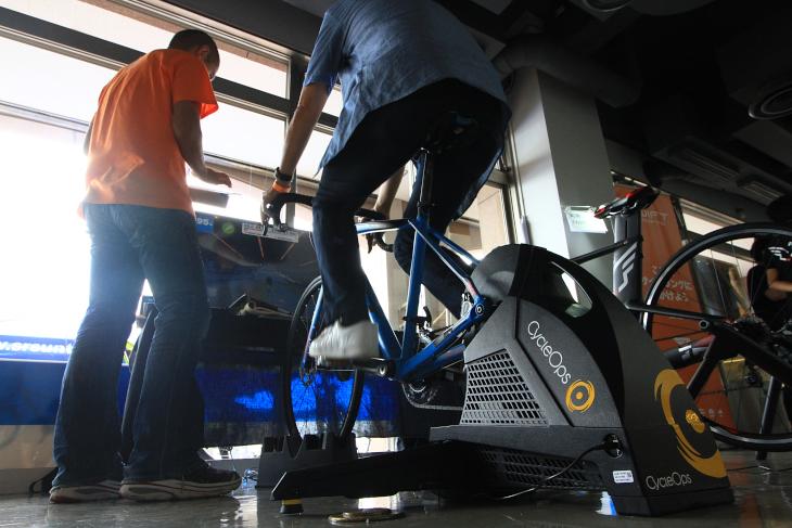 サイクルオプスのトレーナーでZwiftを試すコーナーは賑わっていた