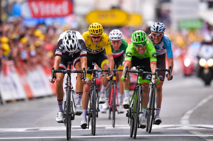 第9ステージにてワレン・バルギル(フランス、サンウェブ)とのスプリントに勝利したリゴベルト・ウラン(コロンビア、キャノンデール・ドラパック)