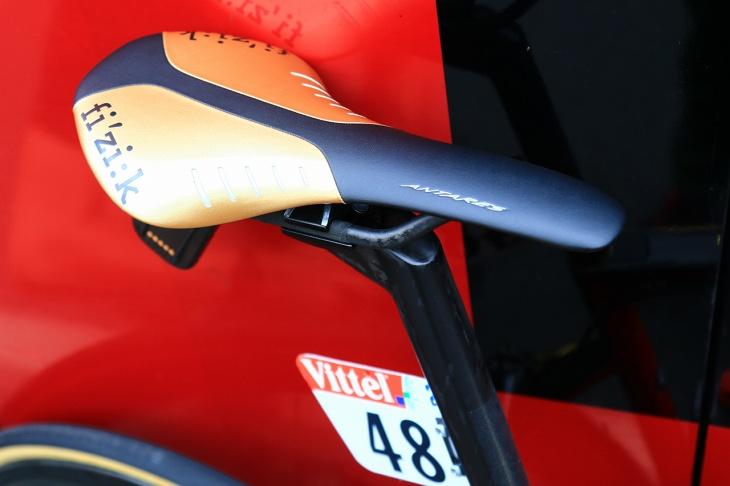 ゴールドカラーのフィジーク Antares R1