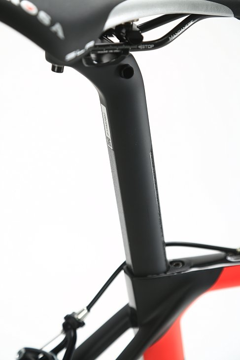 シートピラーはエアロ形状の専用品