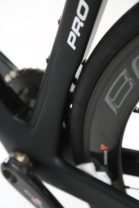 後輪はオフセットされシートチューブはタイヤに沿った形状に