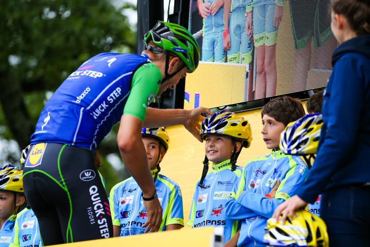マルセル・キッテル(ドイツ、クイックステップフロアーズ)にヘルメットを被せてもらう