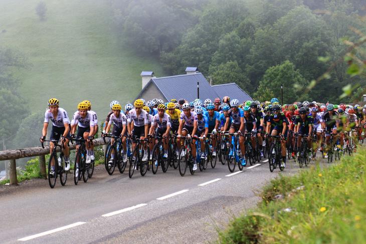 第12ステージの1級山岳マンテ峠を行くメイン集団はチームスカイがコントロールする