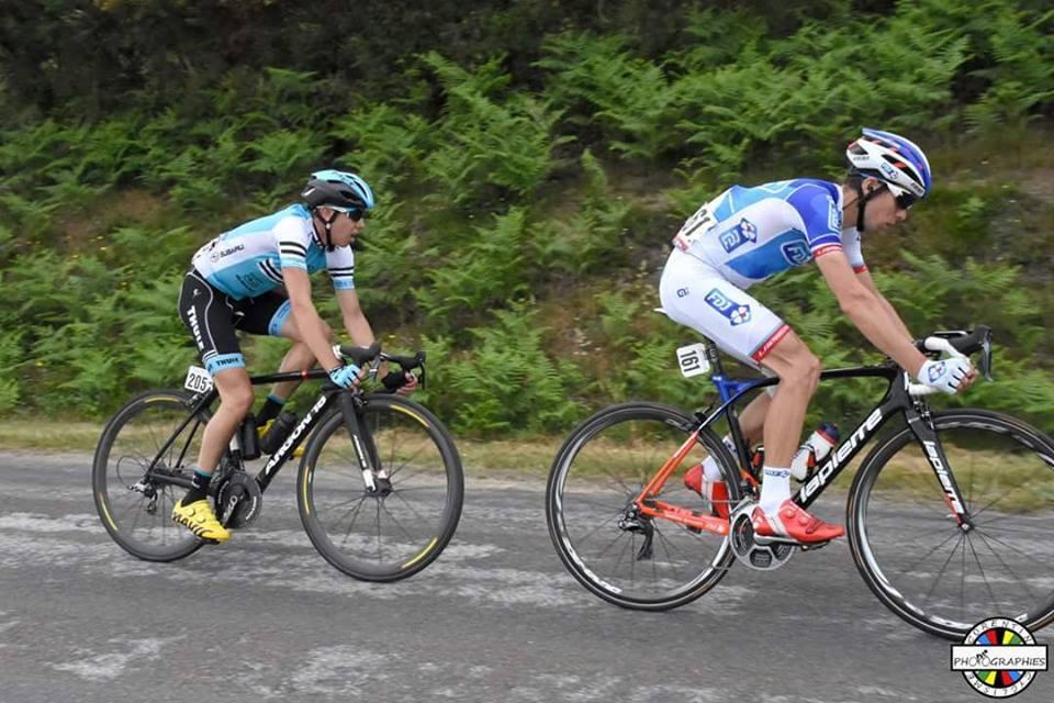ブークル・ド・ラ・マイエンヌ(UCI2.1)でエフデジのエースナンバーを付けるアルノー・クールテイユ(フランス)と走るフロリアン・ウドリ