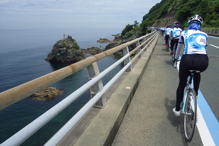峠を抜けると一気に瀬戸内海、こんな景色が約35kmも続く。