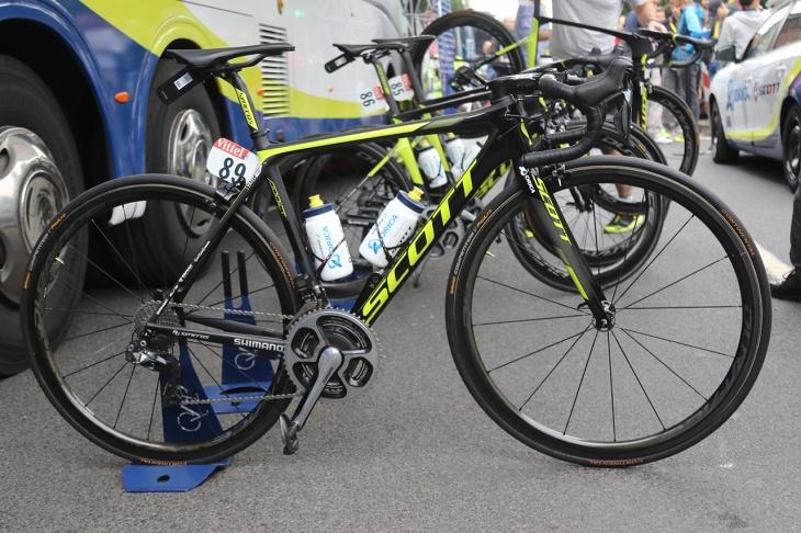 新人賞ジャージを着るサイモン・イェーツ(イギリス、オリカ・スコット)のバイクはDURA-ACEとWH-R9100-C40 チューブラーをアッセンブル