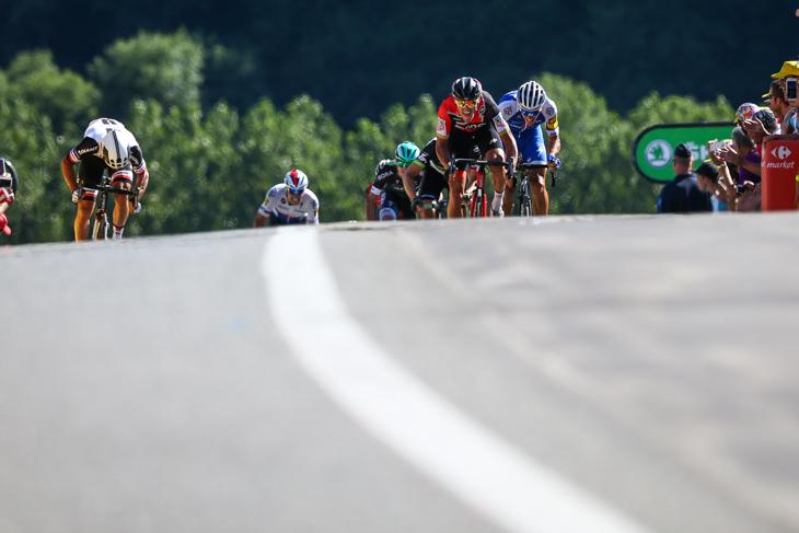 登りスプリントを繰り広げるマイケル・マシューズ(オーストラリア、サンウェブ)、グレッグ・ヴァンアーヴェルマート(ベルギー、BMCレーシング)、フィリップ・ジルベール(ベルギー、クイックステップフロアーズ)