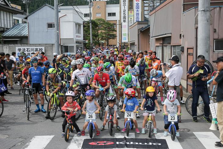 ストライダーのキッズたちも学法石川高校前に並ぶ